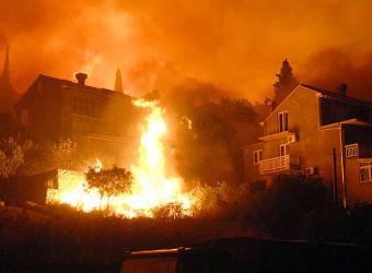 Un incendio arruina las vacaciones de miles de turistas en la ciudad croata de Dubrovnik