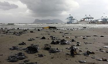 """El """"New Flame"""" se hunde y deja un kilómetro de vertidos en la costa de Algeciras"""